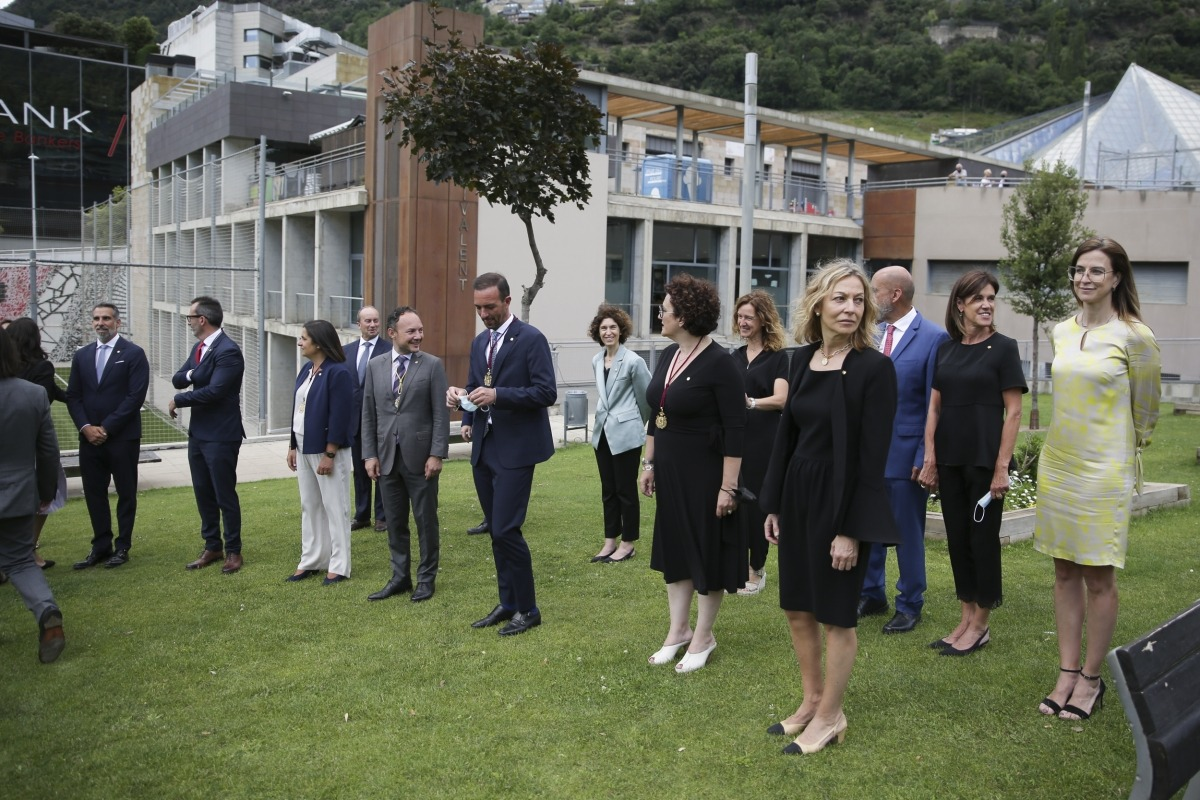 El cap de Govern, els ministres i els secretaris d'Estat preparant-se per fer-se la foto de família després de l'acte de jurament.