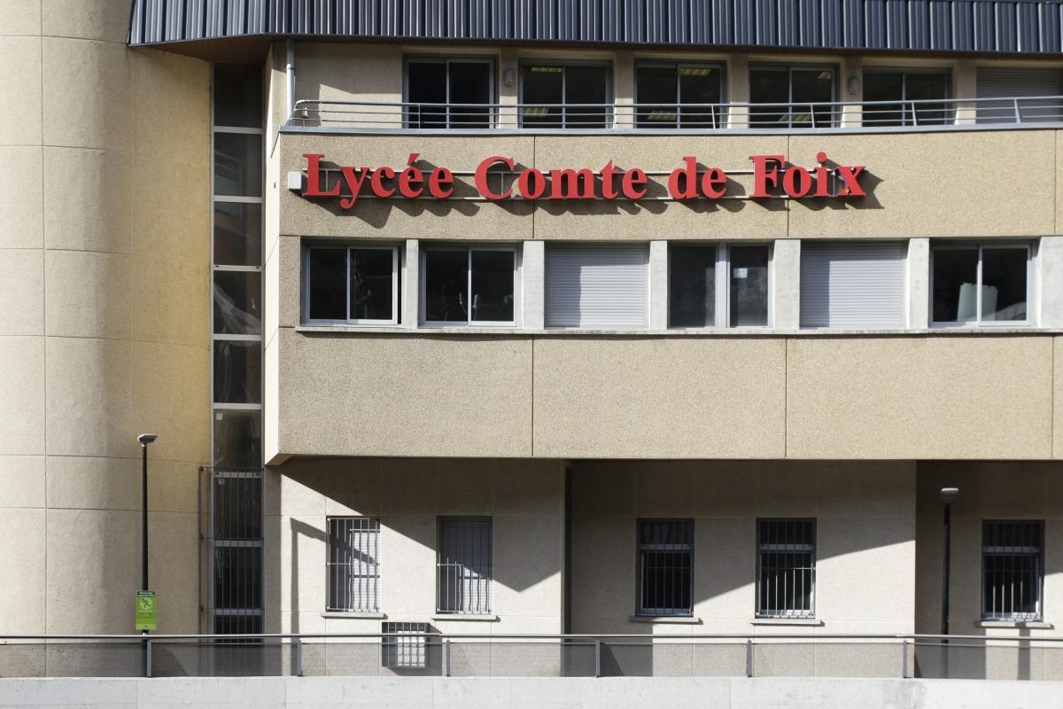 Rètol del Lycée Comte de Foix en una de les seves façanes