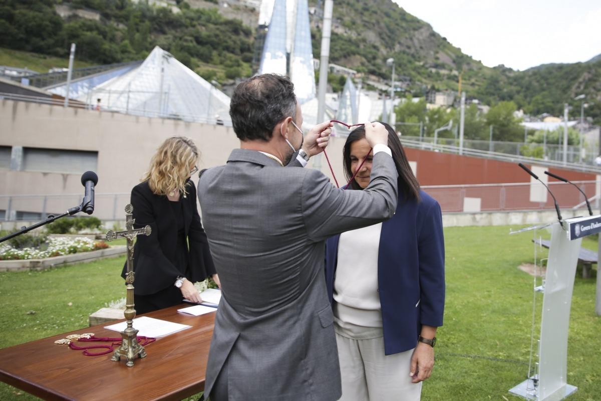 El cap de Govern, Xavier Espot, posa la medalla a Trini Marín després del jurament.