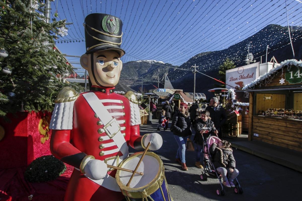 La darrera jornada del mercat del Poblet de Nadal va aplegar força visitants coincidint amb la bona climatologia.
