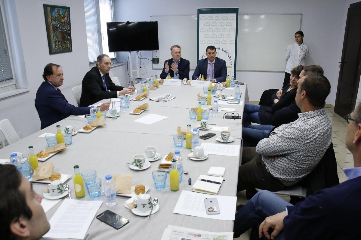 Jordi Gallardo i Ferran Costa de L'A amb els representants de l'Empresa Familiar, ahir.