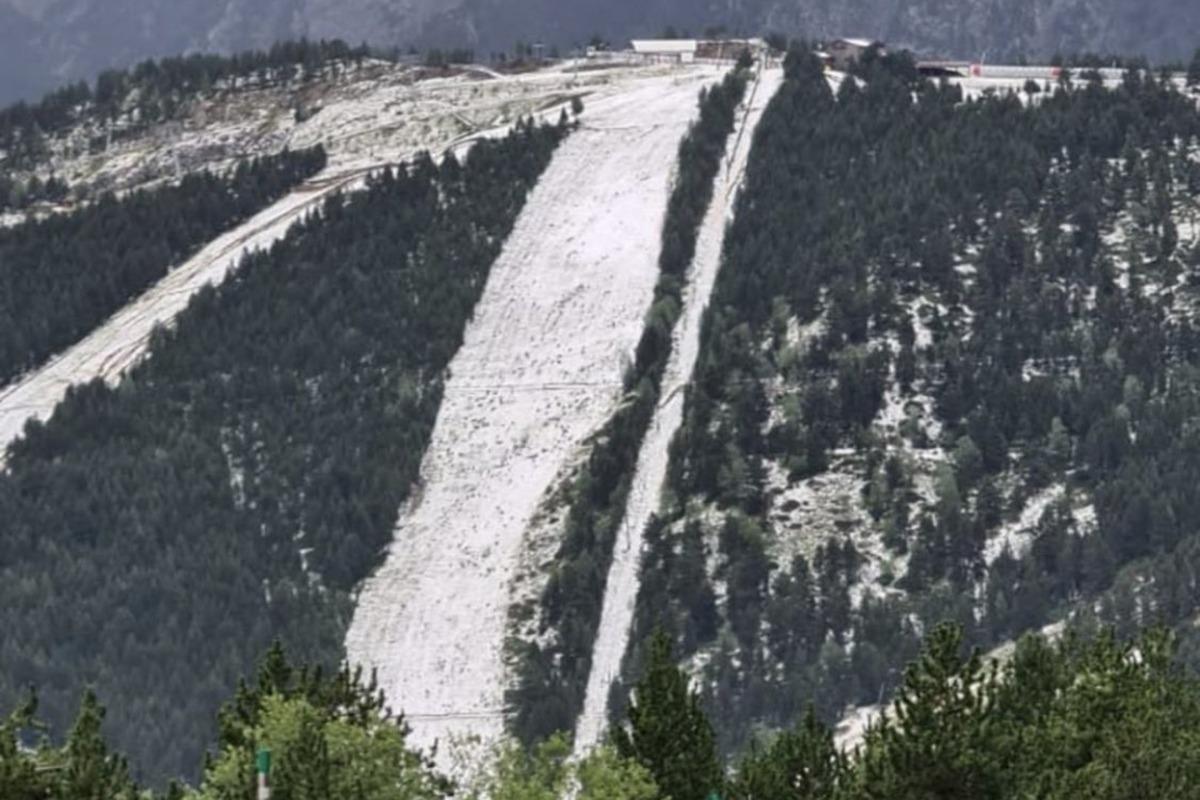 La forta pedregada va deixar les pistes de Vallnord Pal Arinsal emblanquinades.