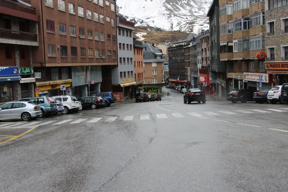 Un carrer del Pas de la Casa buit de turistes.