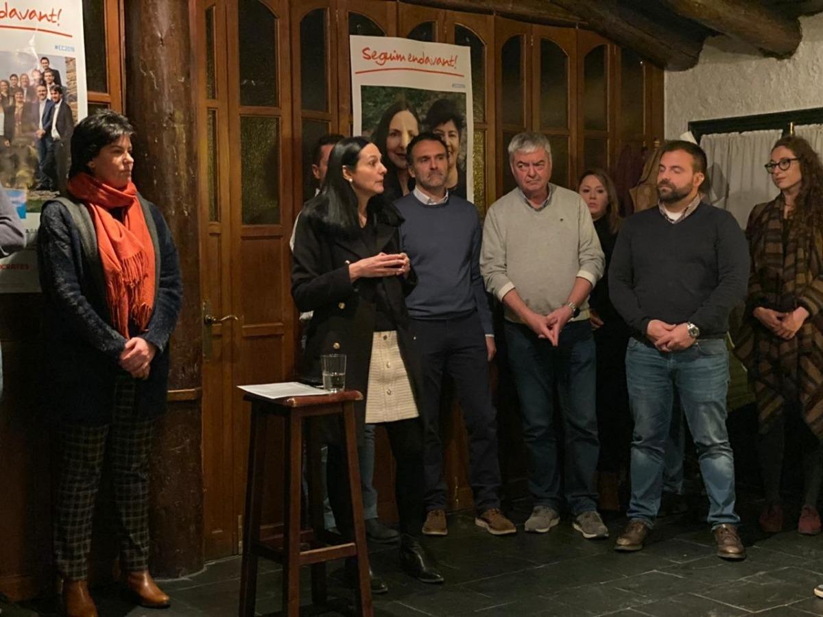 Un moment de la reunió amb els veïns de Sispony i Escàs al Molí dels Fanals.