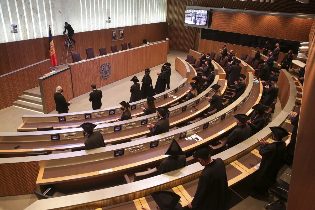 Els parlamentaris preparant-se per a la fotografia oficial que la Covid ha evitat que fos a les escales de Casa de la Vall.