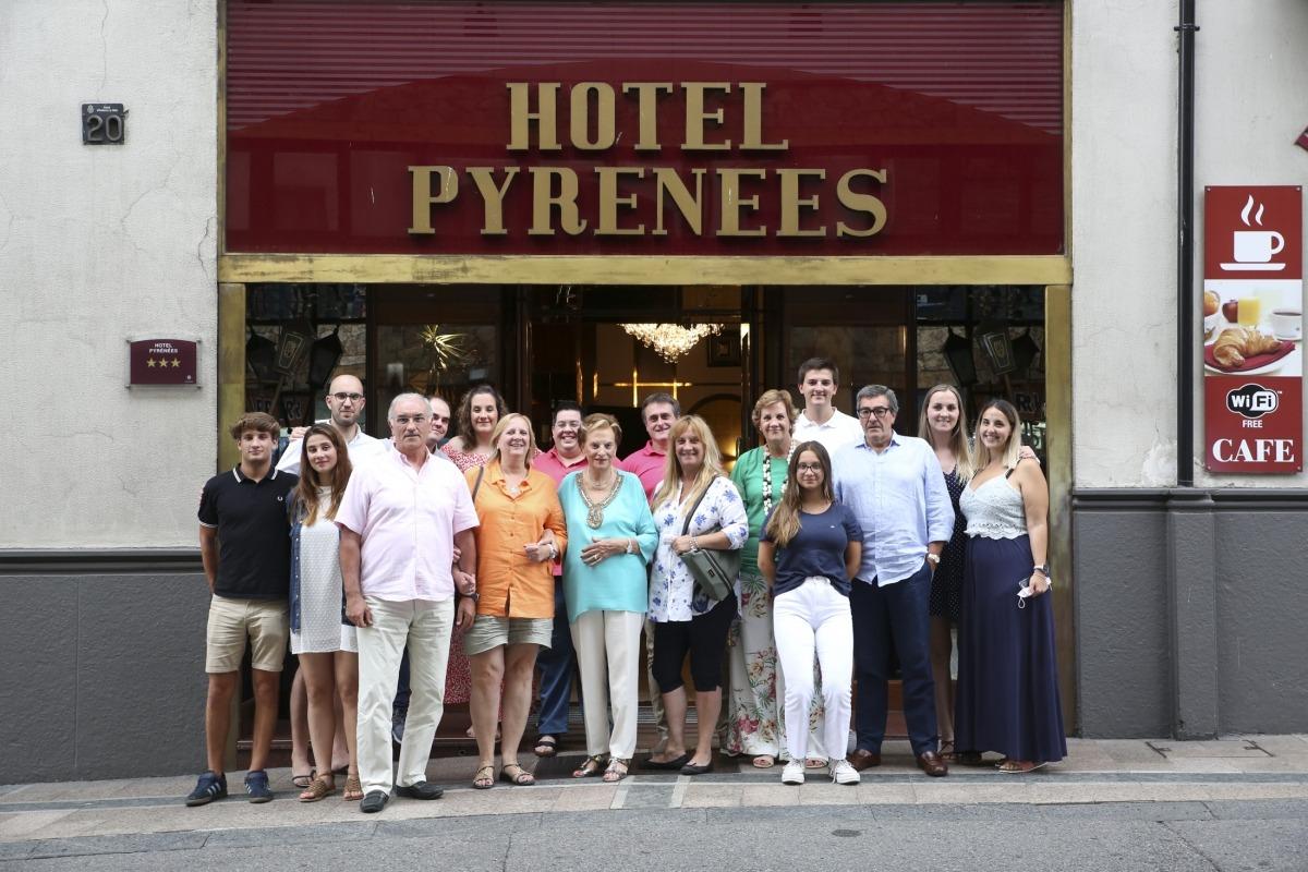 Mari Carmen Barrenechea i la seva família davant de l'Hotel Pyrénées.