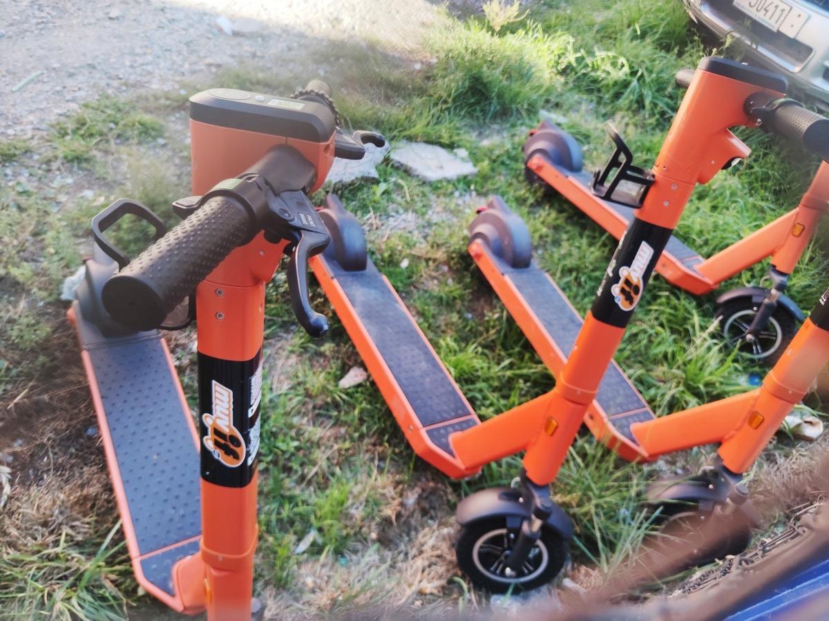 Patinets estacionats en un punt habilitat per l'empresa Muvif.