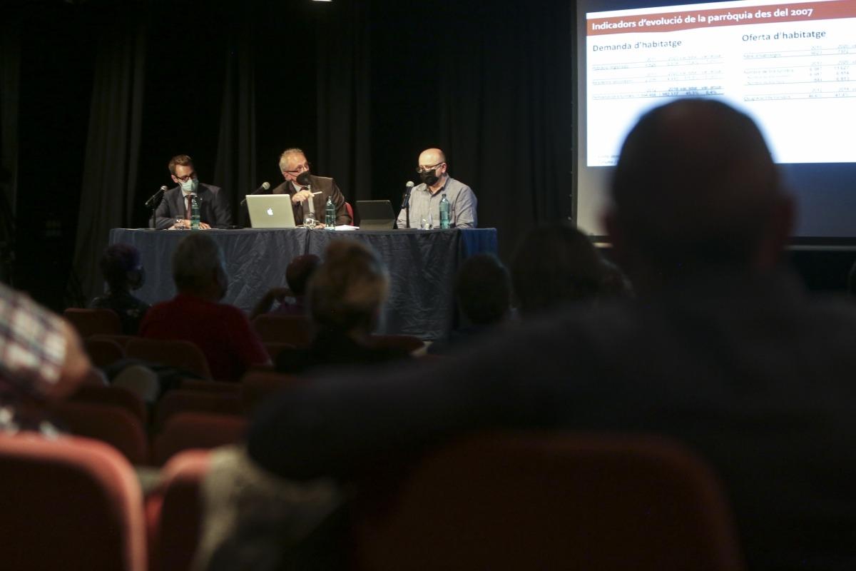Camp amb el conseller Cerni Pol i el tècnic Jordi Solé en la reunió per presentar la revisió del pla d'urbanisme, ahir.