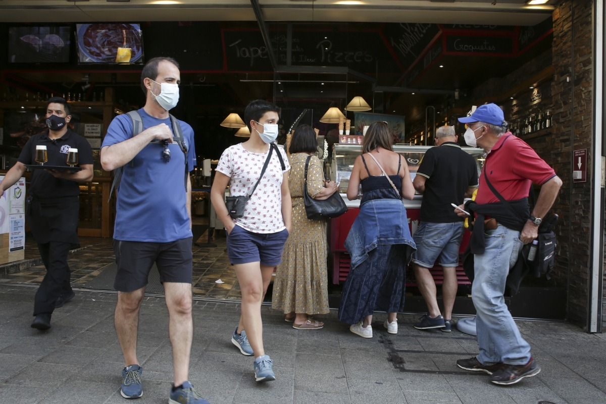 Gent entrant i sortint d'un restaurant del centre d'Andorra.
