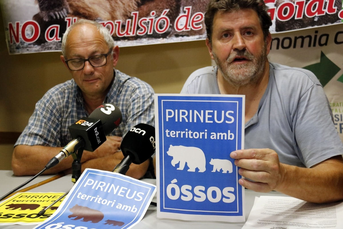 Els ecologistes demanen a Europa que es rebutgi l'extracció de GoiatJoan Vàzquez, d'Ipcena, amb un fulletó de defensa de l'os al Pirineu.