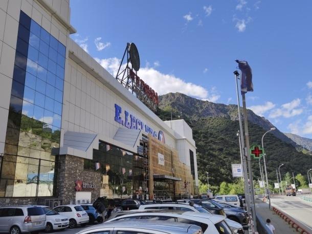 Vista exterior del centre comercial Punt de Trobada.
