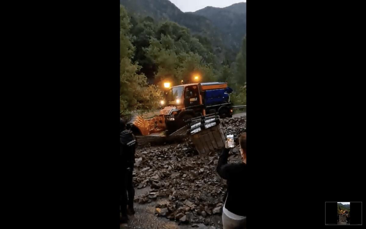 Una màquina del COEX retirant les pedres arrossegades per l'aigua, aquest dimarts.