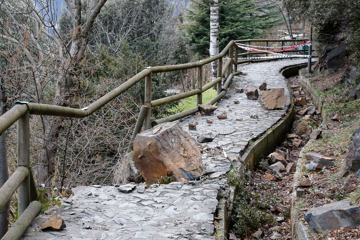Una esllavissada al rec del Solà, a la zona del col·legi Sant Ermengol.