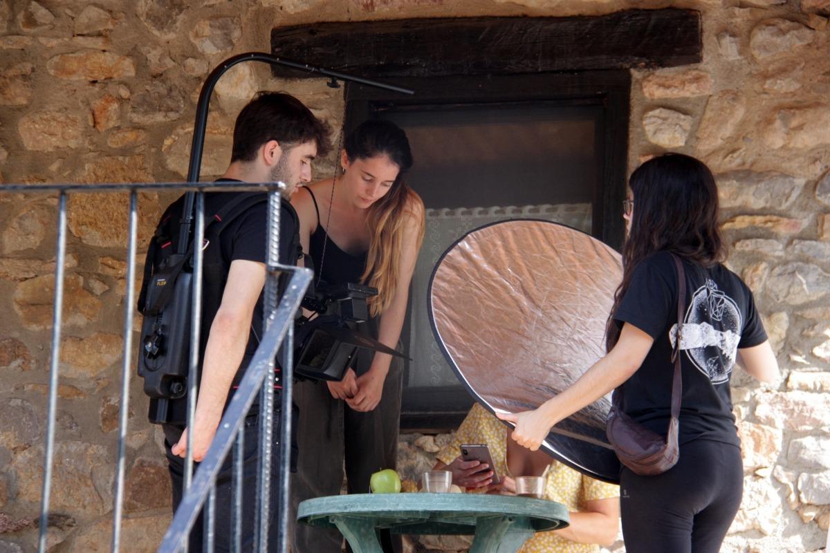 Alguns dels participants enregistrant un dels projectes cinematogràfics, ahir.
