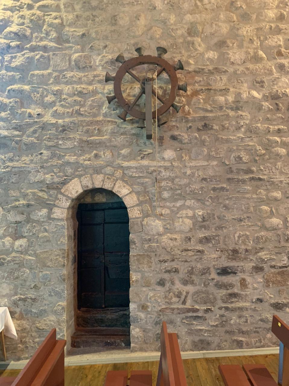 La roda de campanes de Santa Eulàlia no ha conservat la caixa reglamentària.