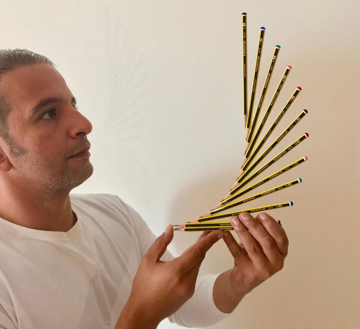 Keshta, amb una de les obres de la sèrie amb llapis.