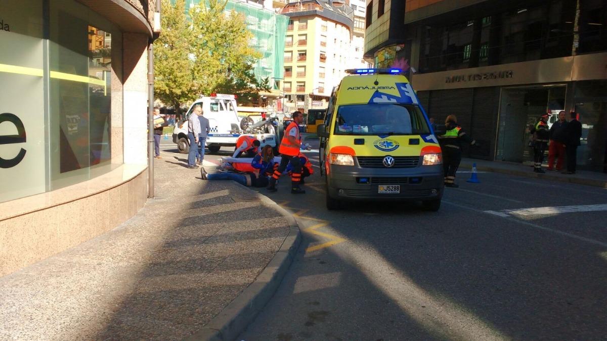 Un home pateix un traumatisme cranial en ser atropellat per un turisme