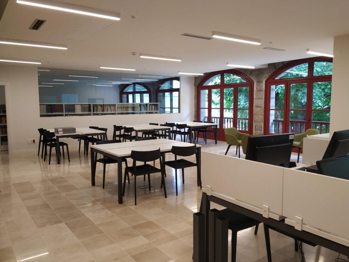 La sala amb els fons, separada dels setze punts de lectura de la sala de consulta, a la planta baixa del Rosaleda.