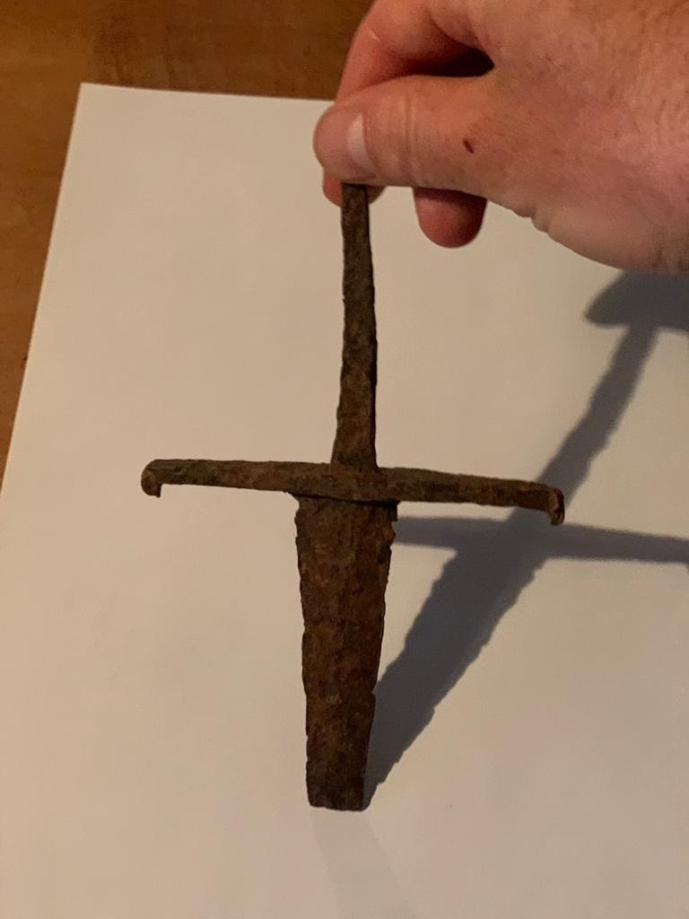 La daga consta d'empunyadura, embellidor i fulla, seccionada amb un tall net. Fa 16 centímetres de llarg.
