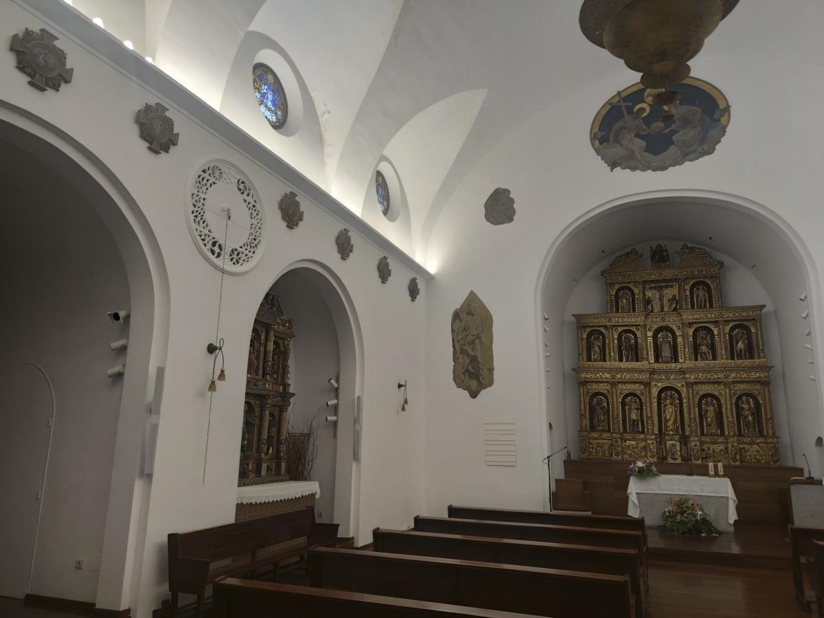 El de Sant Iscle, a la Massana està encastat al mur, com el de Sant Serni. Per fer-lo sonar s'ha d'estirar la corda i només 'toquen' una 'melodia'.