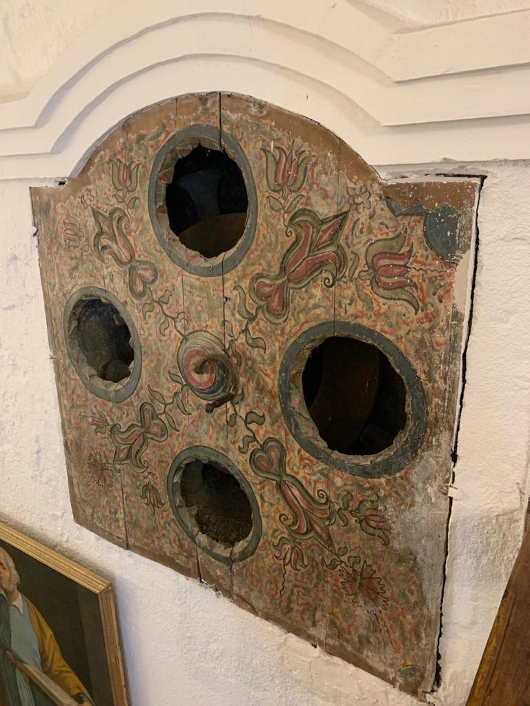 El de Sant Serni, a Canillo, també encastat al mur i probablement el que s'ha conservat de forma més precària.