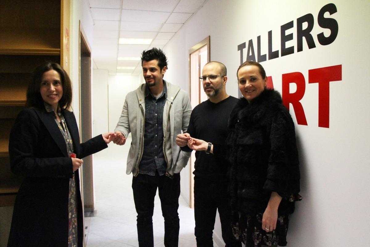 Els finalistes de l'última Biennal, entre la comissària, Eva Martínez, i l'aleshores ministra de Cultura, Olga Gelabert, als Tallers d'art.