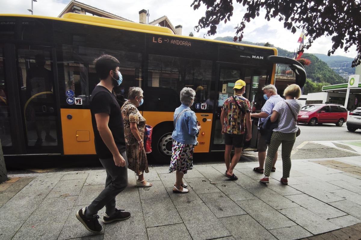 Usuaris pujant a l'autobús de la línia 6 al centre de la Massana ahir a la tarda.