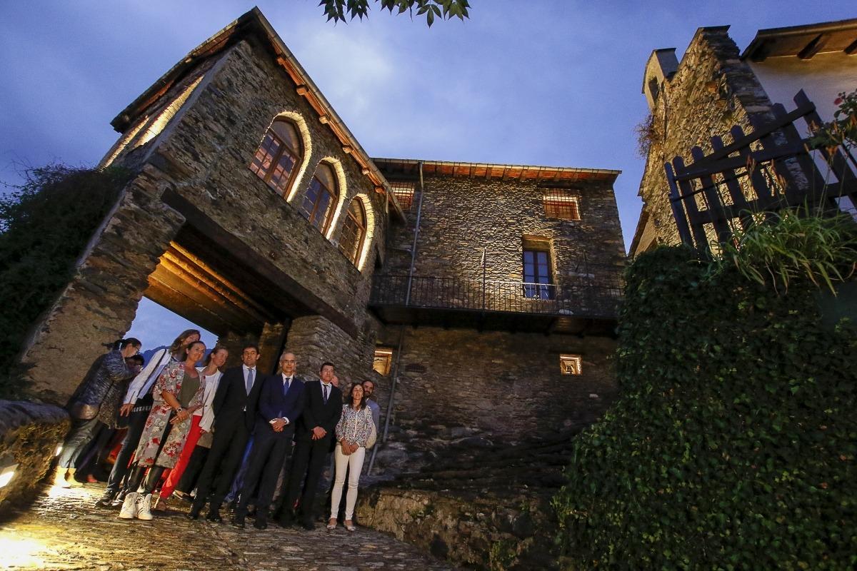 Moment de la inauguració de la nova il·luminació de la casa Rossell, ahir a la nit.