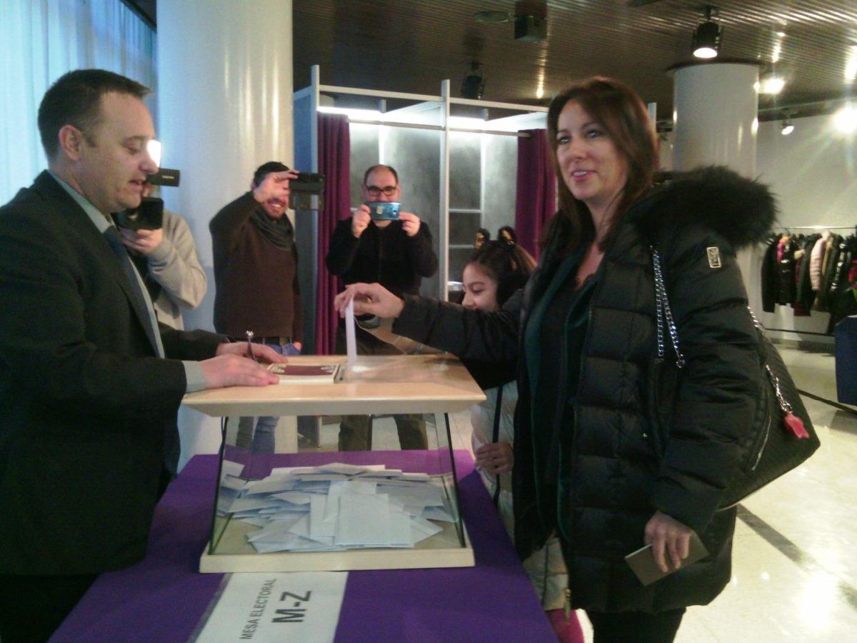 Esther Vidal d'AE, votant aquest matí.