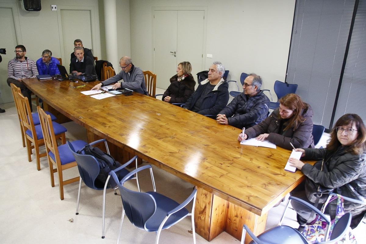 Un moment de la reunió mantinguda ahir entre els veïns de l'Aldosa i FEDA.