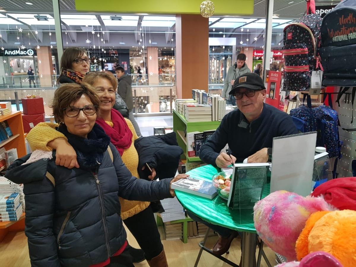 El novel·lista andalús va firmar exemplars de 'Y la luz llegó a Andorra' la setmana passada a la llibreria Idees.