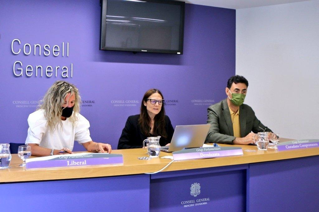 Els consellers de la majoria Eva López, Ester Molné i Raul Ferré en la compareixença per presentar el text de protecció civil.