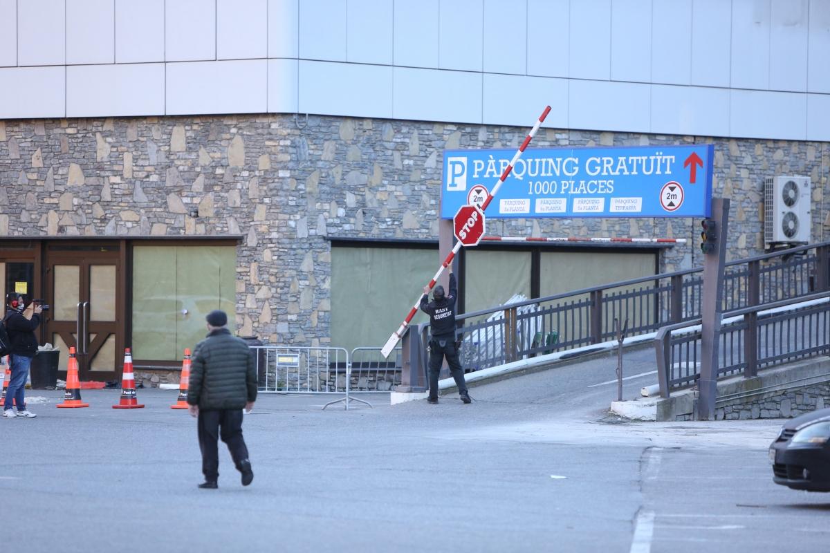 El guarda de seguretat tancant l'aparcament del Punt diumenge passat per últim cop.