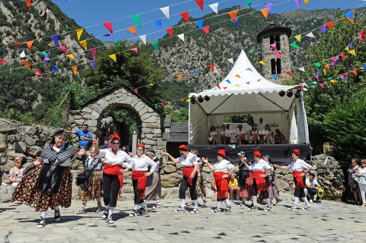 El tradicional ball del contrapàs a Santa Coloma.