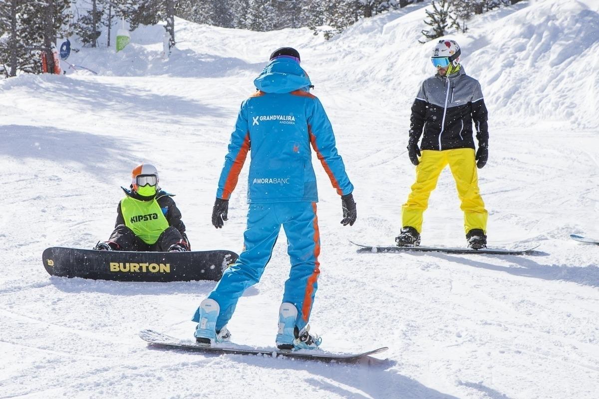 Un monitor treballant a les pistes d'esquí del Principat.