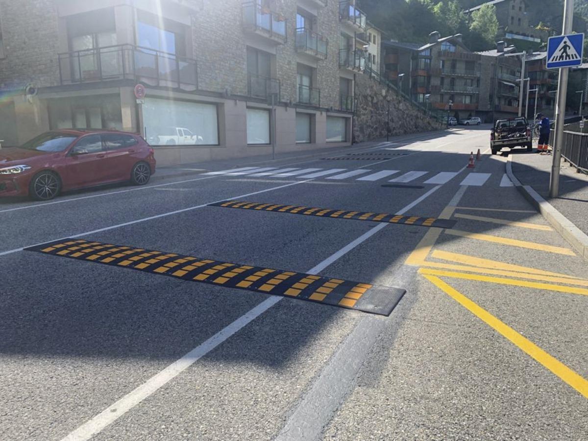 Les bandes per reduir la velocitat a l'avinguda de les Moles.