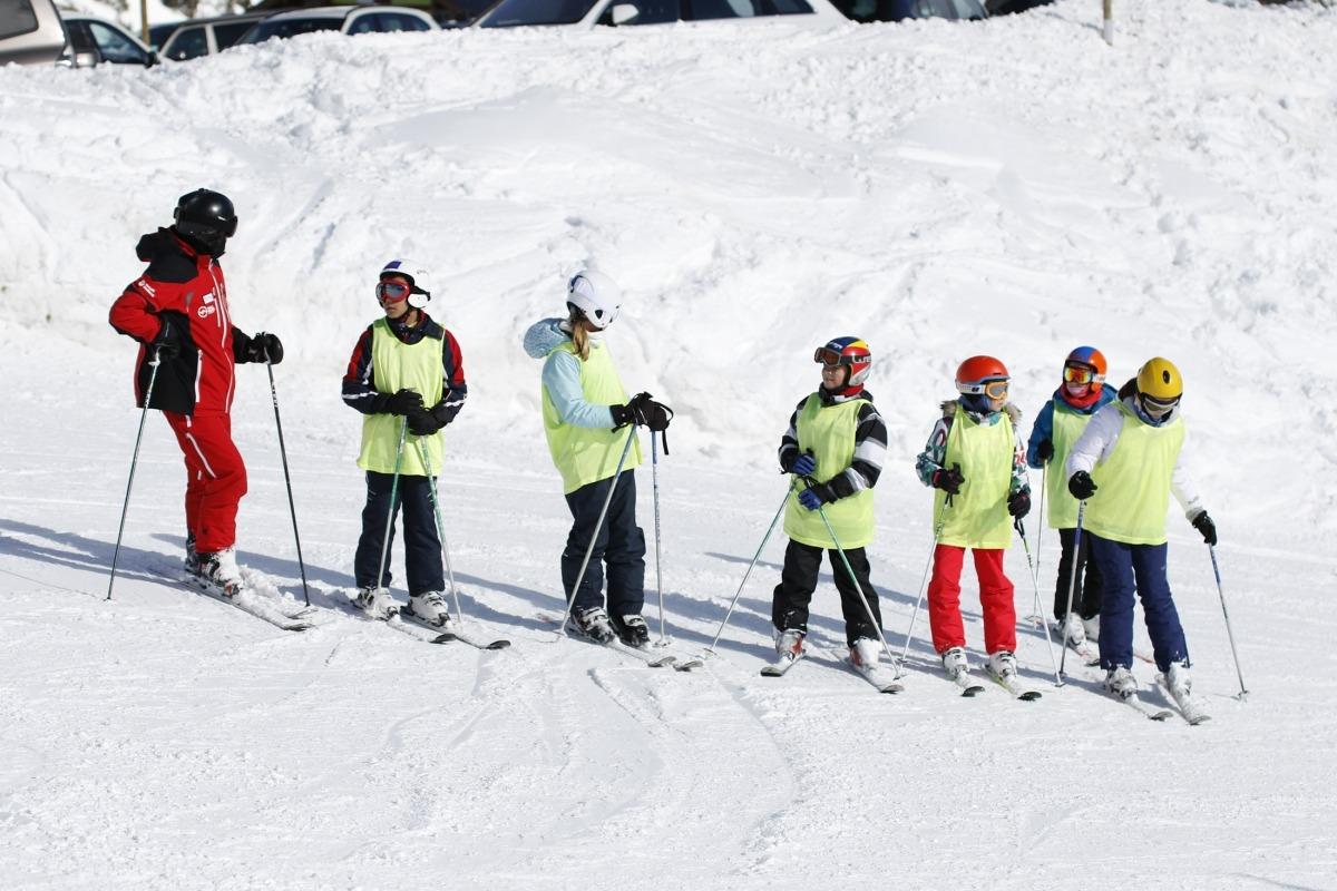 Un monitor d'esquí fent classe en una estació del Principat.