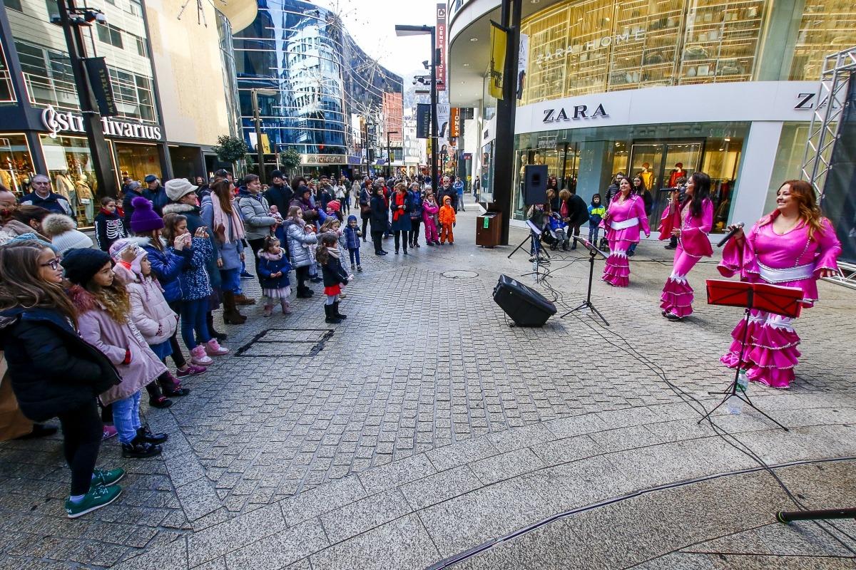 The Dancing Queens va portar ahir la música d'ABBA a l'avinguda Meritxell.