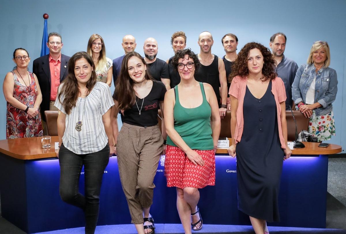 Foto de família de la ministra de Cultura, els patrons i els directors de l'ENA amb actors i tècnics que participaran a la temporada.