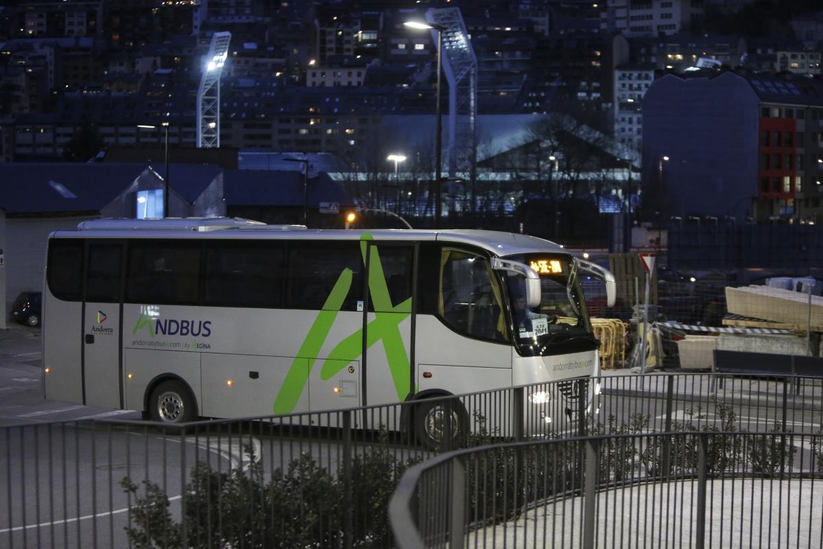 Un autobús circulant pel Principat.