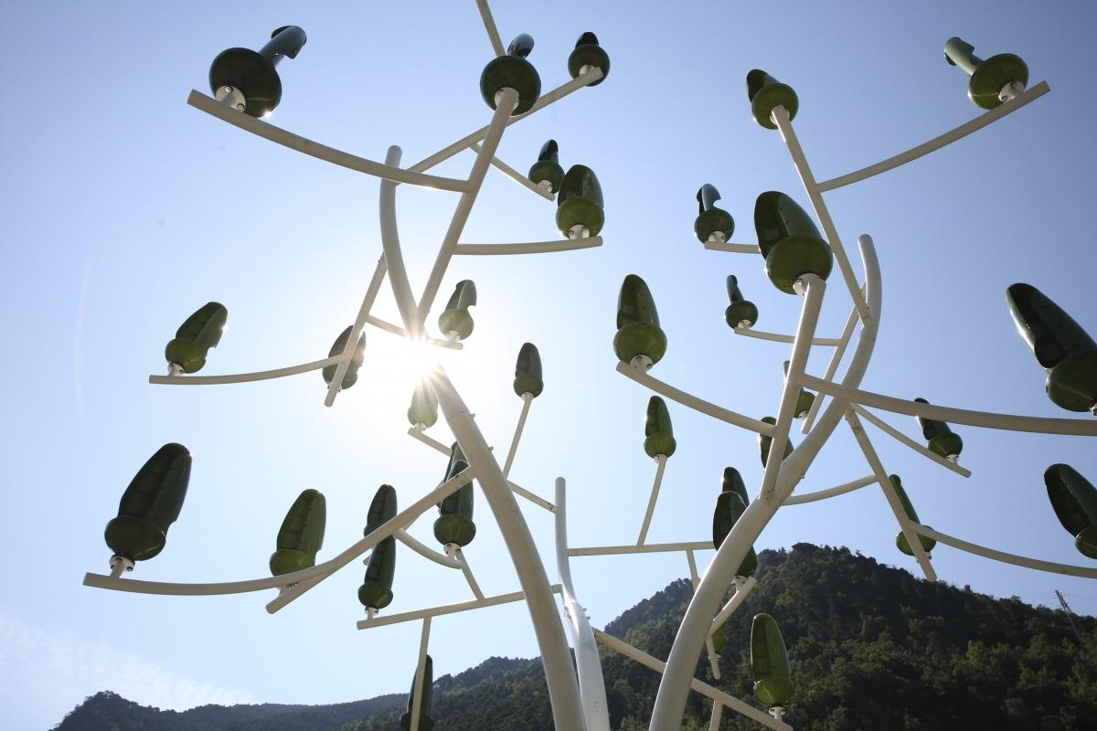 L'arbre del vent que hi ha instal·lat a l'avinguda d'Enclar de Santa Coloma.