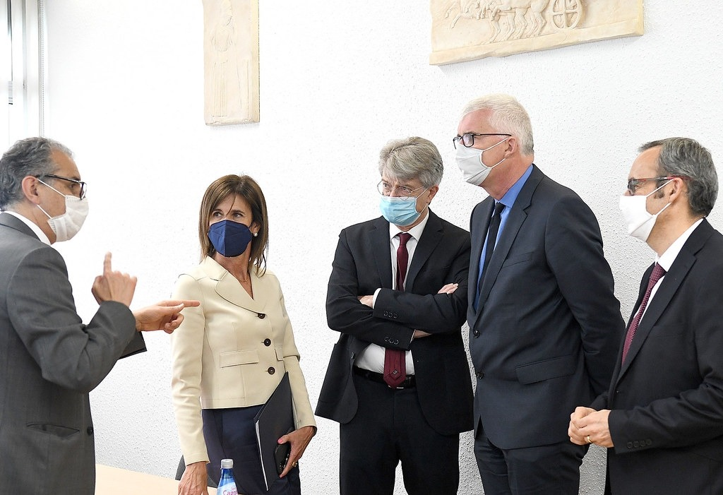 La ministra Ester Vilarrubla; l'ambaixador Jean-Claude Tribolet, el delegat Denis Dekerle, i el director del Lycée, Oliver Salvan, ahir.