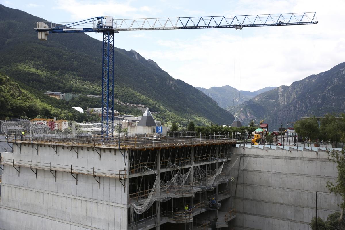 Una imatge d'edificis en construcció a la parròquia d'Andorra la Vella.