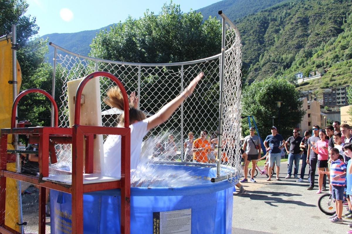 Una de les participants cau a la piscina en una de les proves del Ral·li Sopresa.