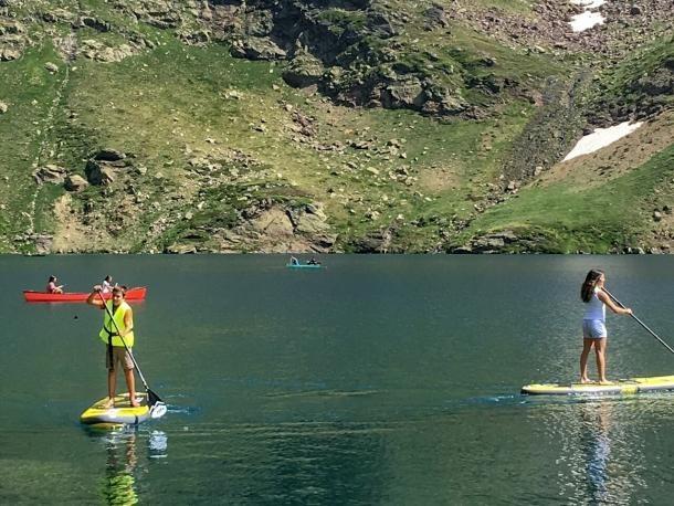 Excursions amb canoes i 'paddle surf' al llac de Tristaina.