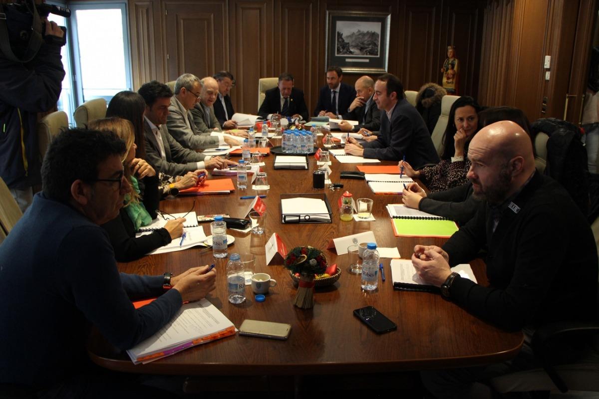 Els mandataris comunals, ahir, en la darrera reunió de cònsols del mandat.