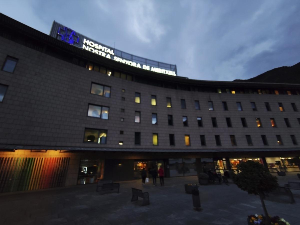 L'hospital Nostra Senyora de Meritxell.El ministeri de Salut va notificar ahir 37 positius nous de coronavirus, de manera que la xifra total de casos des de l'inici de la pandèmia és de 10.312 persones. Actualment hi ha 532 casos actius. Pel que fa a les altes, es registren un total de 9.674, 64 més que ahir. El total de defuncions fins a la data es manté en 106. A l'hospital Nostra Senyora de Meritxell hi havia ahir 27 persones ingressades, dos més que dilluns. D'aquestes, 16 es troben a planta i 11 a l'UC