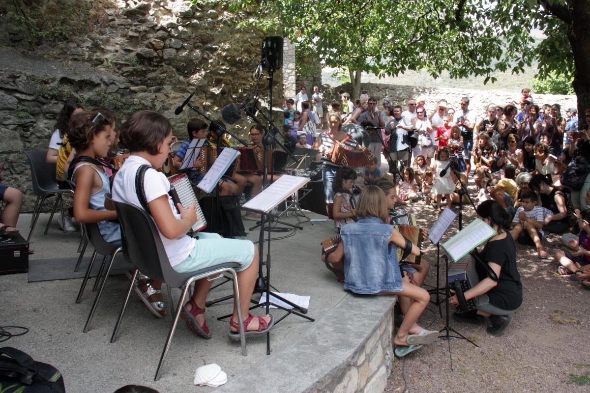 Alumnes de l'Escola Folk del Pirineu actuant a l'escenari del Cafè Trama, ahir.