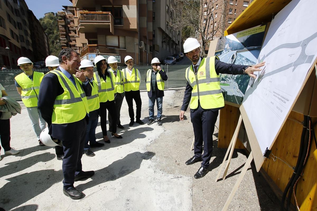 El ministre Jordi Torres explicant el projecte en la visita d'obres.