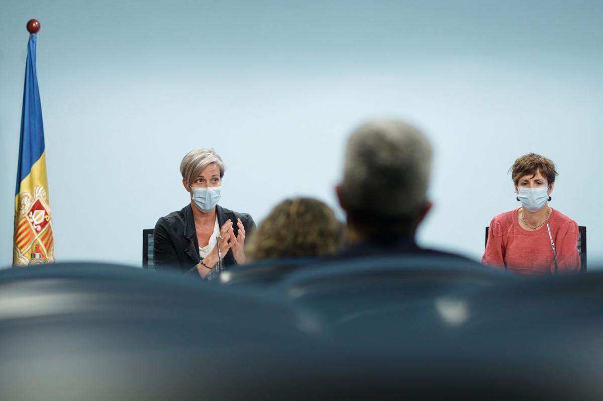 Cristina Vilanova del ministeri de Salut, i Cristina Pérez, coordinadora del punt d'atenció al donant, durant la roda de premsa.